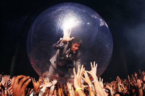 Wayne-Coyne-in-the-bubble